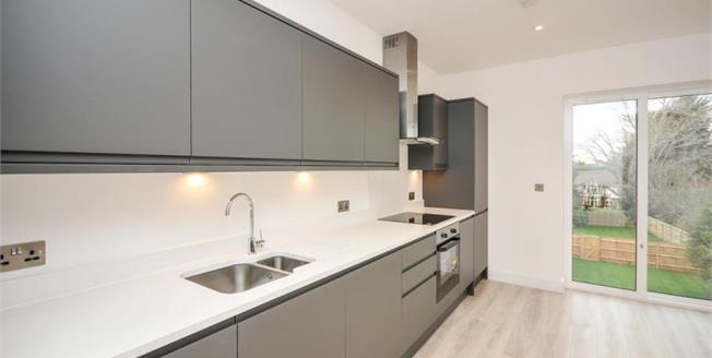 £435,000, 2 Bedroom Upper Floor Flat For Sale in South Croydon, CR2