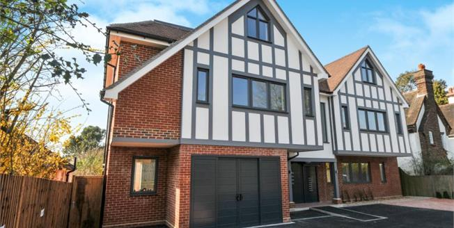 £420,000, 2 Bedroom Flat For Sale in South Croydon, CR2