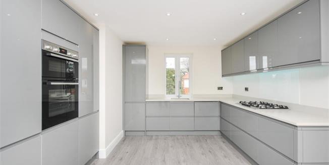 £400,000, 2 Bedroom Upper Floor Flat For Sale in Croydon, CR0