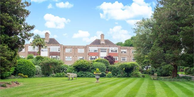 Guide Price £499,950, 3 Bedroom Flat For Sale in Esher, KT10