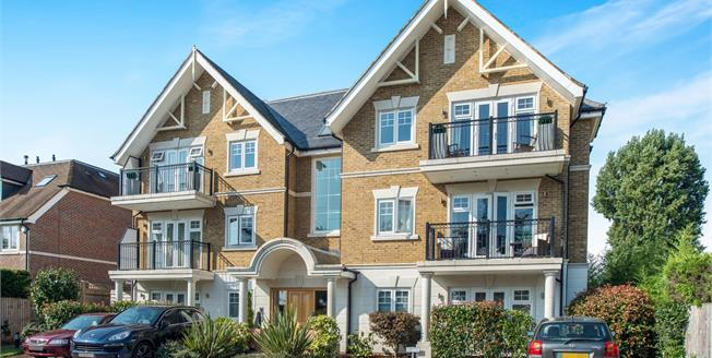 Guide Price £650,000, 2 Bedroom Flat For Sale in Esher, KT10