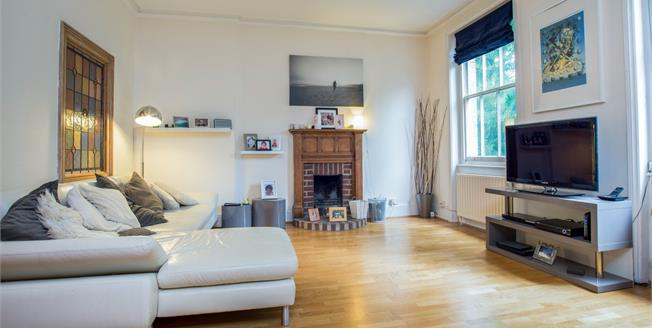Guide Price £475,000, 2 Bedroom Flat For Sale in Esher, KT10