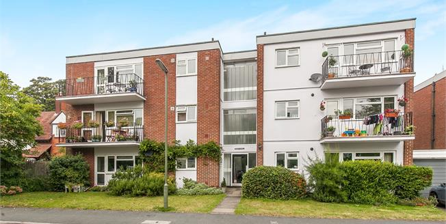 Guide Price £385,000, 2 Bedroom Flat For Sale in Guildford, GU1