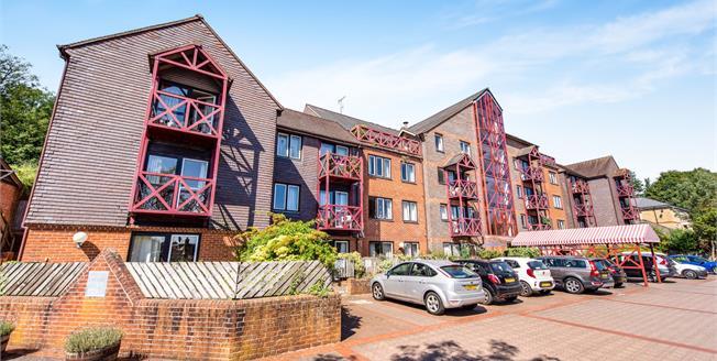 Asking Price £219,950, 2 Bedroom Flat For Sale in Guildford, GU2