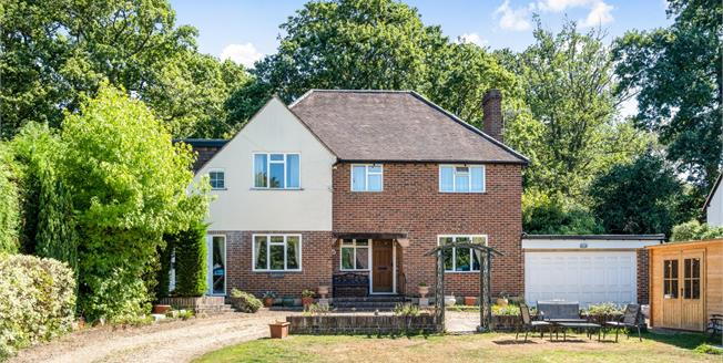 Guide Price £825,000, 4 Bedroom Detached House For Sale in Worplesdon, GU3