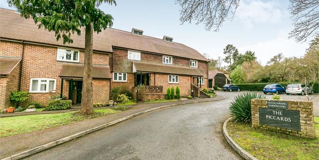 Guide Price £300,000, 2 Bedroom Flat For Sale in Guildford, GU2