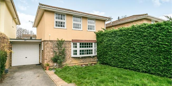 Guide Price £525,000, 4 Bedroom Detached House For Sale in Guildford, GU2