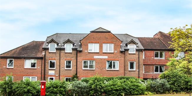 Guide Price £200,000, 2 Bedroom Flat For Sale in Guildford, GU1