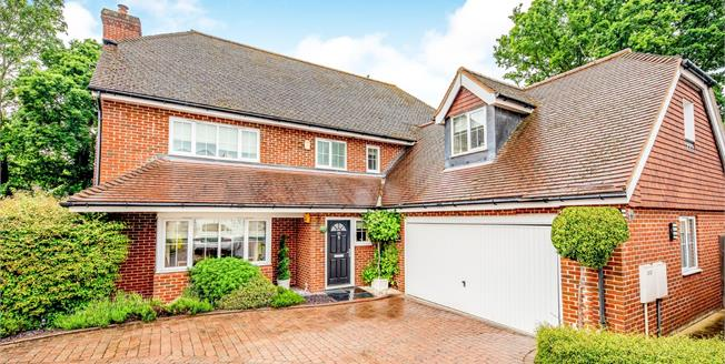 Guide Price £900,000, 5 Bedroom Detached House For Sale in Guildford, GU2