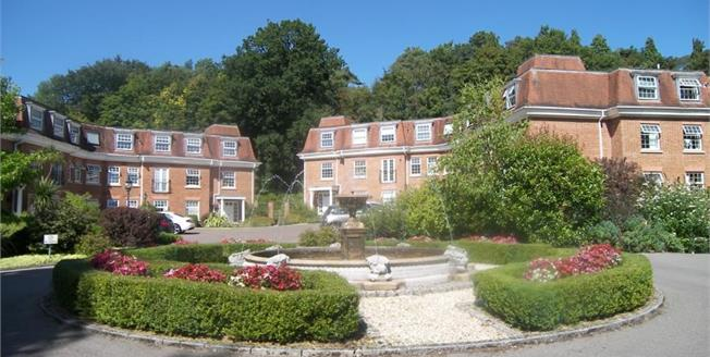 Guide Price £259,000, 2 Bedroom Flat For Sale in Haslemere, GU27