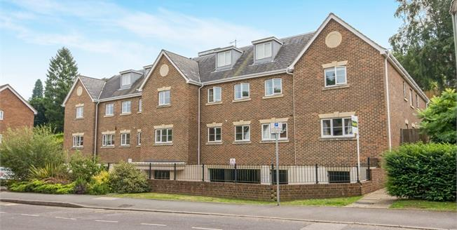 Guide Price £315,000, 2 Bedroom Flat For Sale in Haslemere, GU27