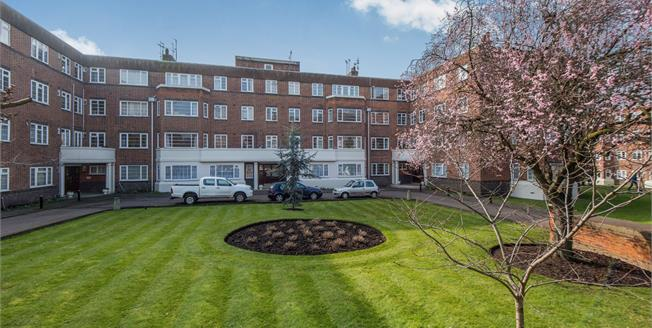 Guide Price £530,000, 2 Bedroom Flat For Sale in Richmond, TW10