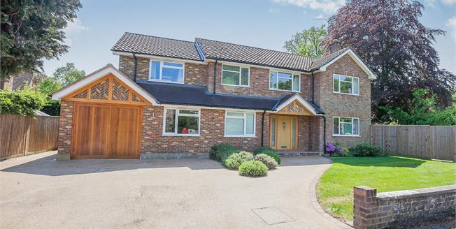 Guide Price £1,100,000, 5 Bedroom Detached House For Sale in West Byfleet, KT14
