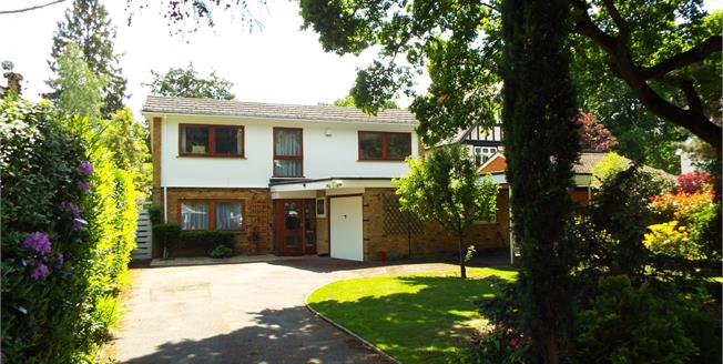 Guide Price £825,000, 4 Bedroom Detached House For Sale in West Byfleet, KT14