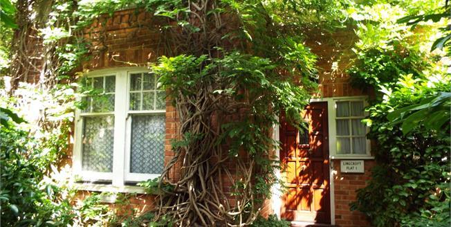 Guide Price £360,000, 2 Bedroom Maisonette For Sale in West Byfleet, KT14
