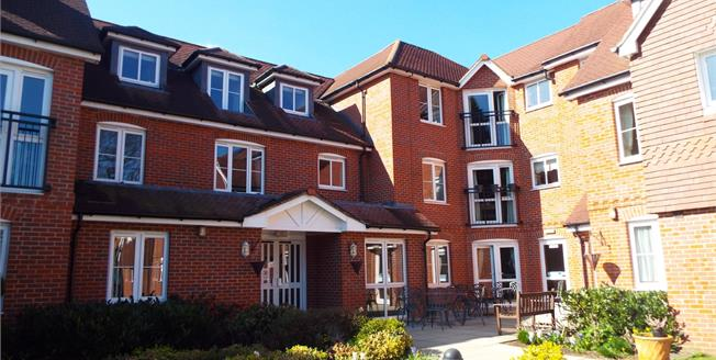 Guide Price £189,950, 2 Bedroom Flat For Sale in Byfleet, KT14