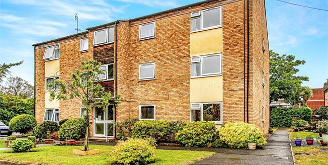 Guide Price £200,000, 1 Bedroom Flat For Sale in West Byfleet, KT14