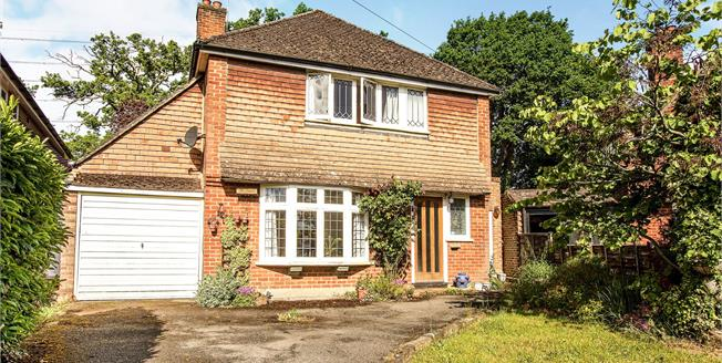 Guide Price £625,000, 3 Bedroom Detached House For Sale in Byfleet, KT14