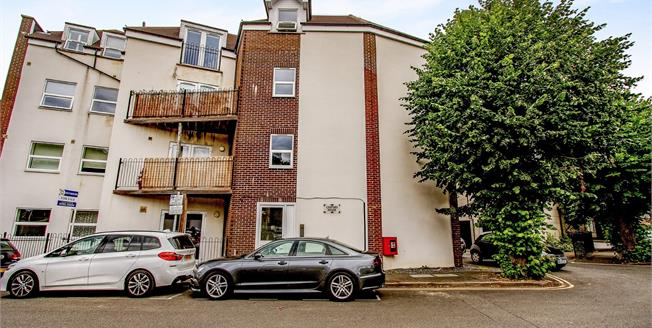 Guide Price £200,000, 1 Bedroom Flat For Sale in West Byfleet, KT14