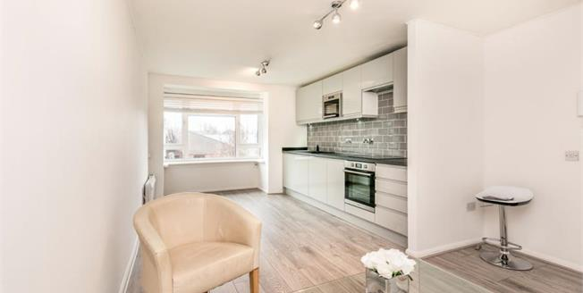 Guide Price £270,000, 2 Bedroom Flat For Sale in Hove, BN3