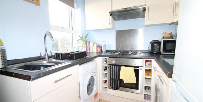 Guide Price £230,000, 2 Bedroom Flat For Sale in Brighton, BN2