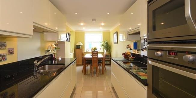 Asking Price £320,000, 2 Bedroom Flat For Sale in Bognor Regis, PO21