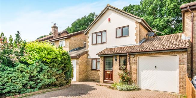 Guide Price £385,000, 3 Bedroom Detached House For Sale in Worth, RH10