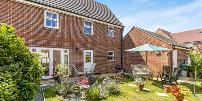 Asking Price £299,950, 3 Bedroom Semi Detached House For Sale in Felpham, PO22