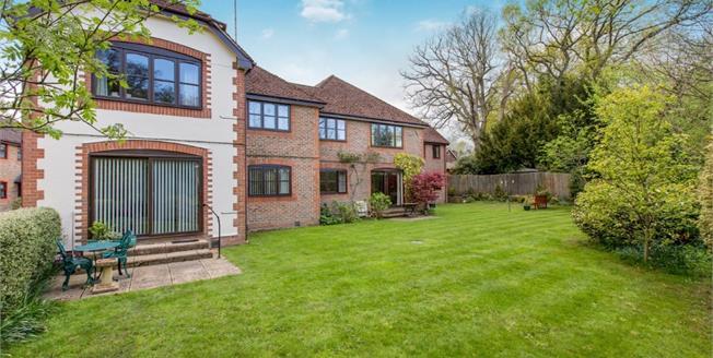 £175,000, 2 Bedroom Flat For Sale in Midhurst, GU29