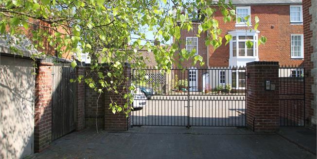 Asking Price £235,000, 2 Bedroom Flat For Sale in Midhurst, GU29