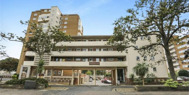Guide Price £200,000, 2 Bedroom Flat For Sale in Worthing, BN11