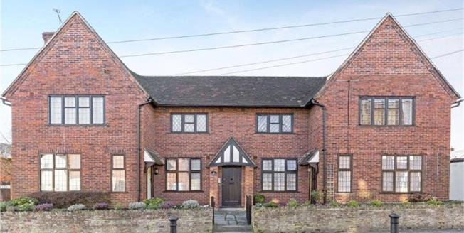 £280,000, 2 Bedroom Flat For Sale in Chichester, PO19