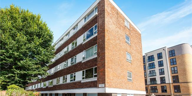 Guide Price £190,000, 2 Bedroom Flat For Sale in Eastbourne, BN21