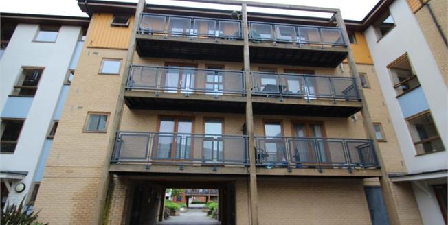 £300,000, 2 Bedroom Upper Floor Flat For Sale in Croydon, CR0