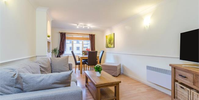Guide Price £285,000, 2 Bedroom Flat For Sale in Croydon, CR0