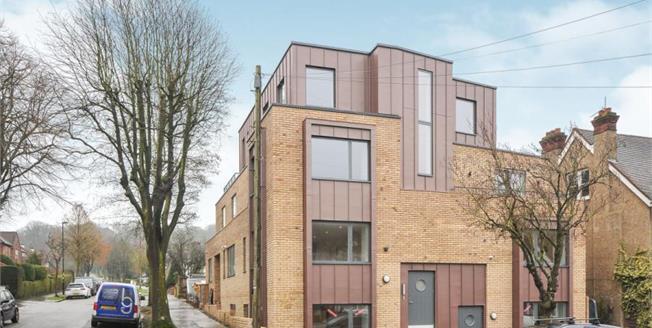 £450,000, 2 Bedroom Upper Floor Flat For Sale in South Croydon, CR2