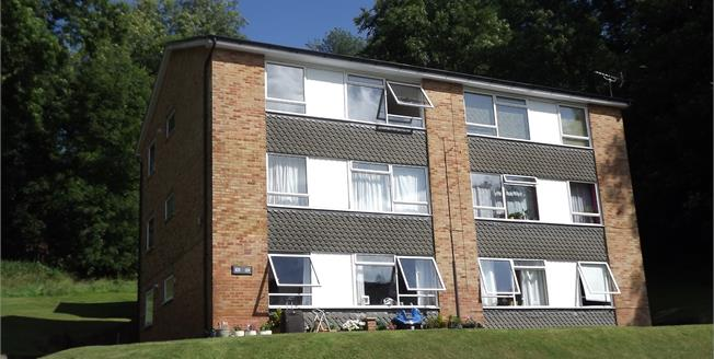 Guide Price £267,500, 2 Bedroom Flat For Sale in Whyteleafe, CR3