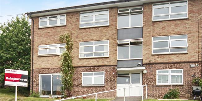 Guide Price £225,000, 2 Bedroom Flat For Sale in Whyteleafe, CR3