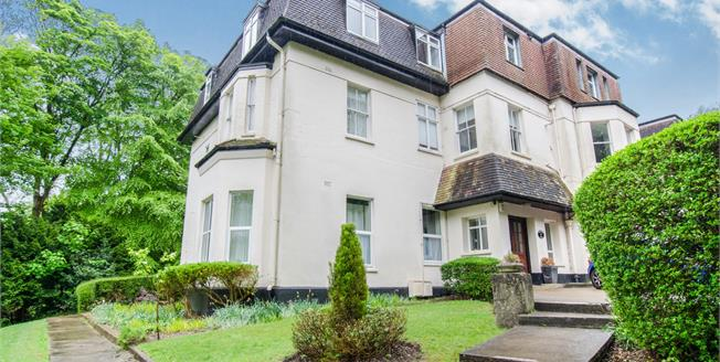 Guide Price £325,000, 2 Bedroom Flat For Sale in Whyteleafe, CR3