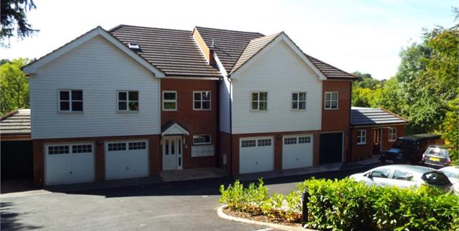 £325,000, 2 Bedroom Flat For Sale in Kenley, CR8