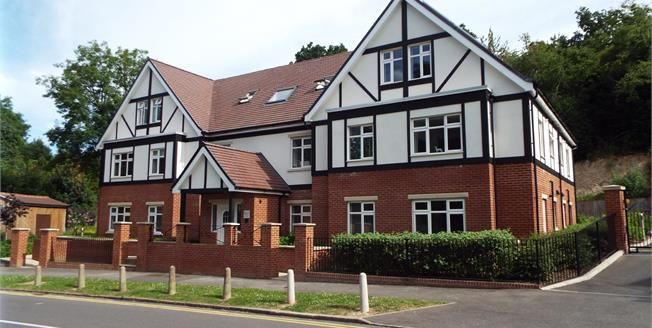 Guide Price £340,000, 2 Bedroom Flat For Sale in Purley, CR8