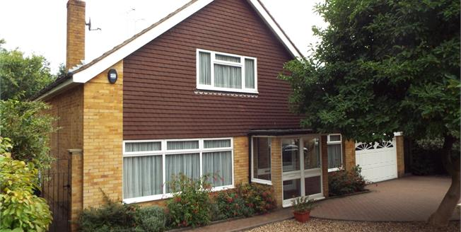 Guide Price £750,000, 3 Bedroom Detached House For Sale in Purley, CR8