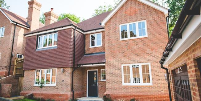 £950,000, 5 Bedroom Detached House For Sale in South Croydon, CR2