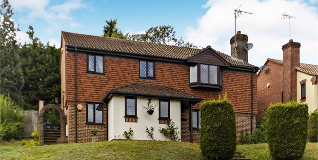 Guide Price £685,000, 4 Bedroom Detached House For Sale in South Croydon, CR2