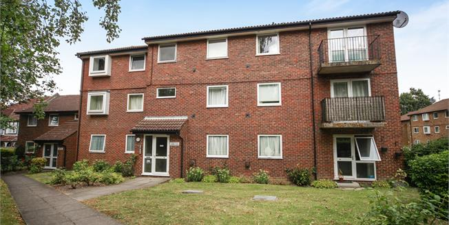 Guide Price £300,000, 2 Bedroom Flat For Sale in South Croydon, CR2