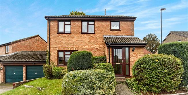 Guide Price £510,000, 3 Bedroom Detached House For Sale in South Croydon, CR2