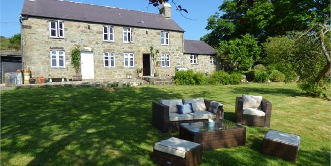 £425,000, Detached Cottage For Sale in Rhiw, LL53